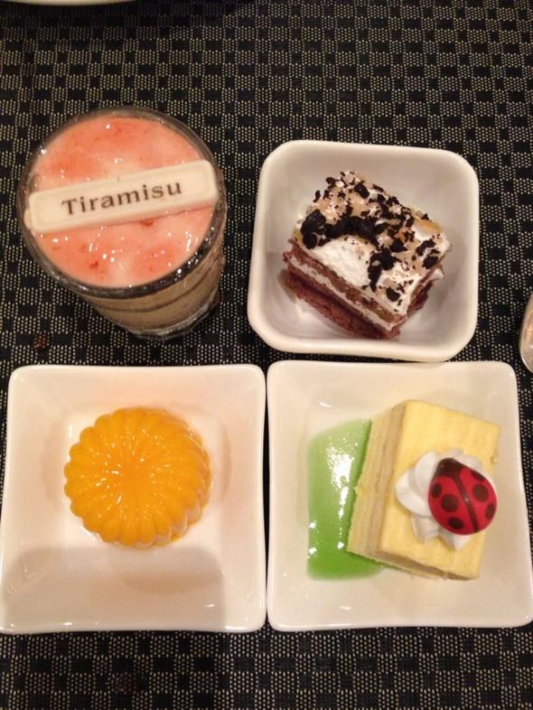 我吃撑得不行了,看着这些可爱的甜品,忍不住又拿来全部吃掉了 分享
