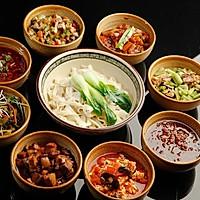 配8个小菜的一碗手擀面条