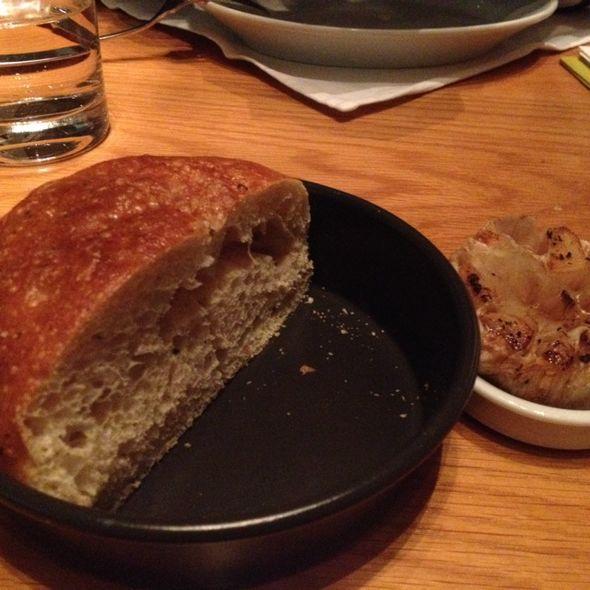 烤蒜和面包