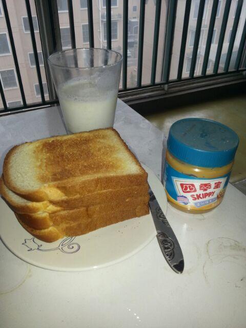 烤面包和牛奶